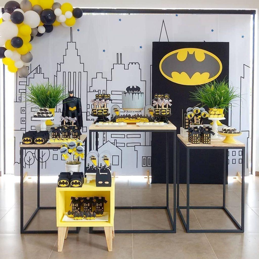 Mesa de cumpleaños Batman con globos amarillo y negro