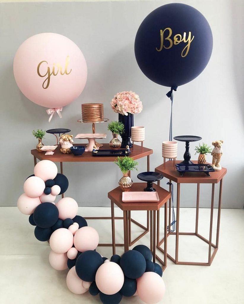 Revelación de género con decoración en globos negro y rosa
