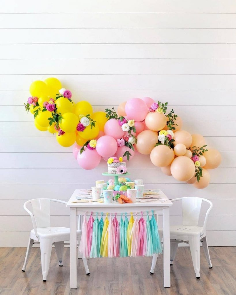 guirnalda de globos con flores amarillo y rosa