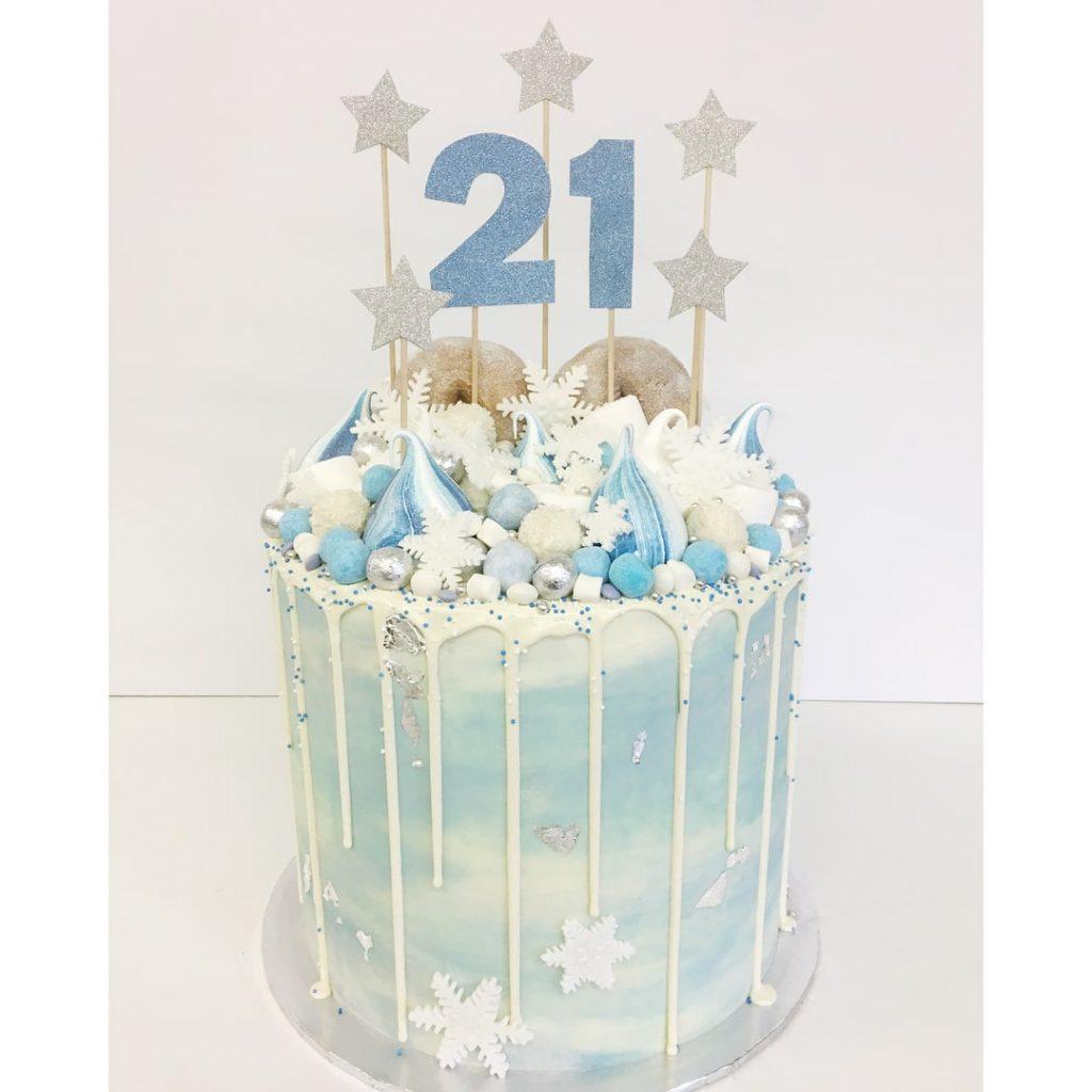 torta con topper para cumpleaños