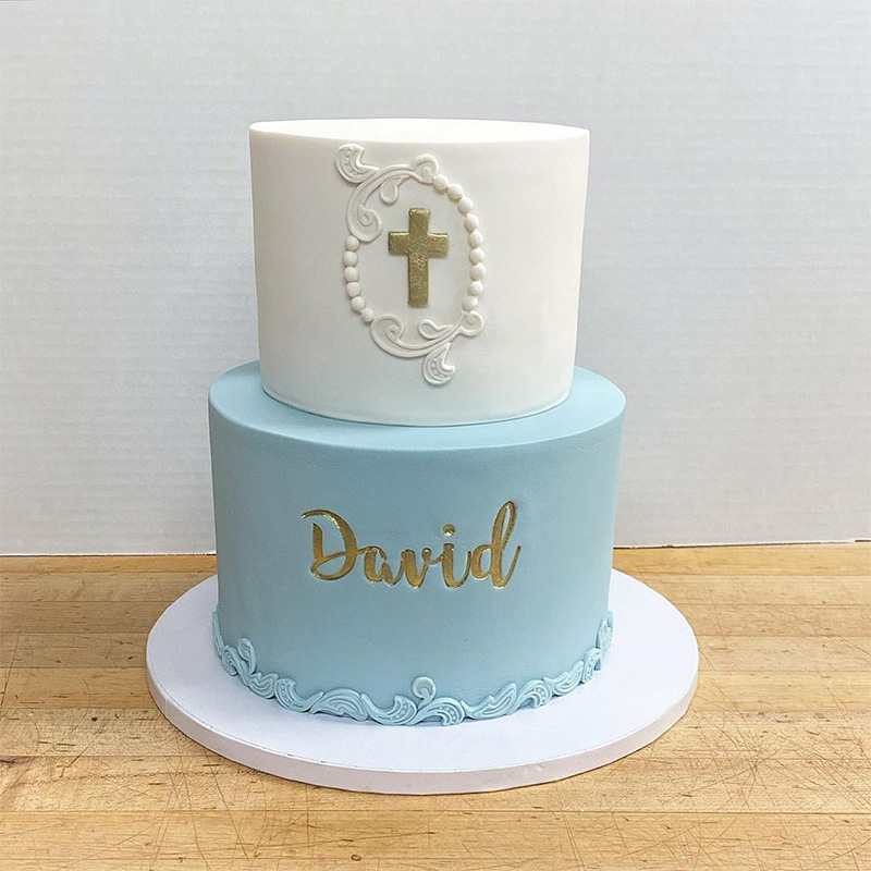 Pastel de dos pisos para bautizo con apliques en dorado