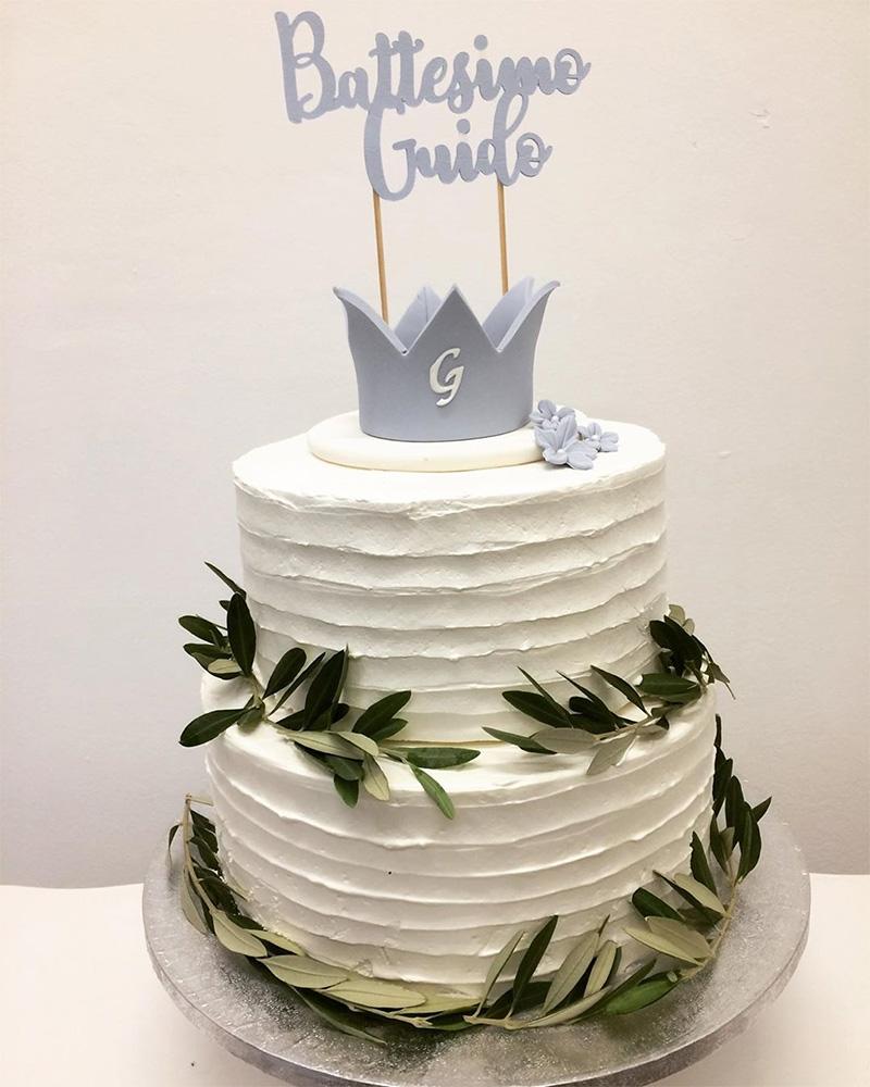 Torta blanca de bautizo para niño con topper