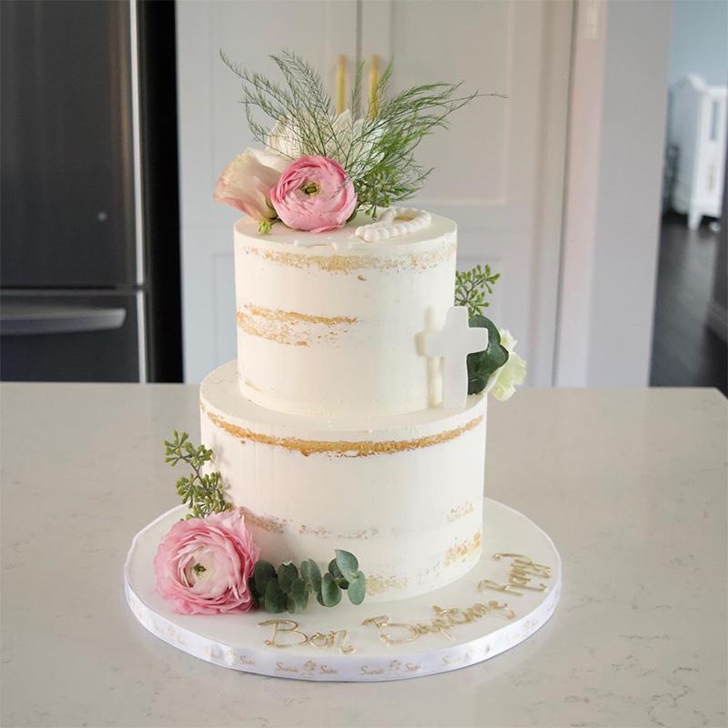 Torta de bautizo para niña con decoración sencilla.