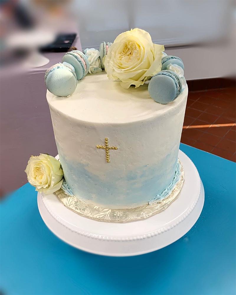 Torta en tonos azules para bautizo niño
