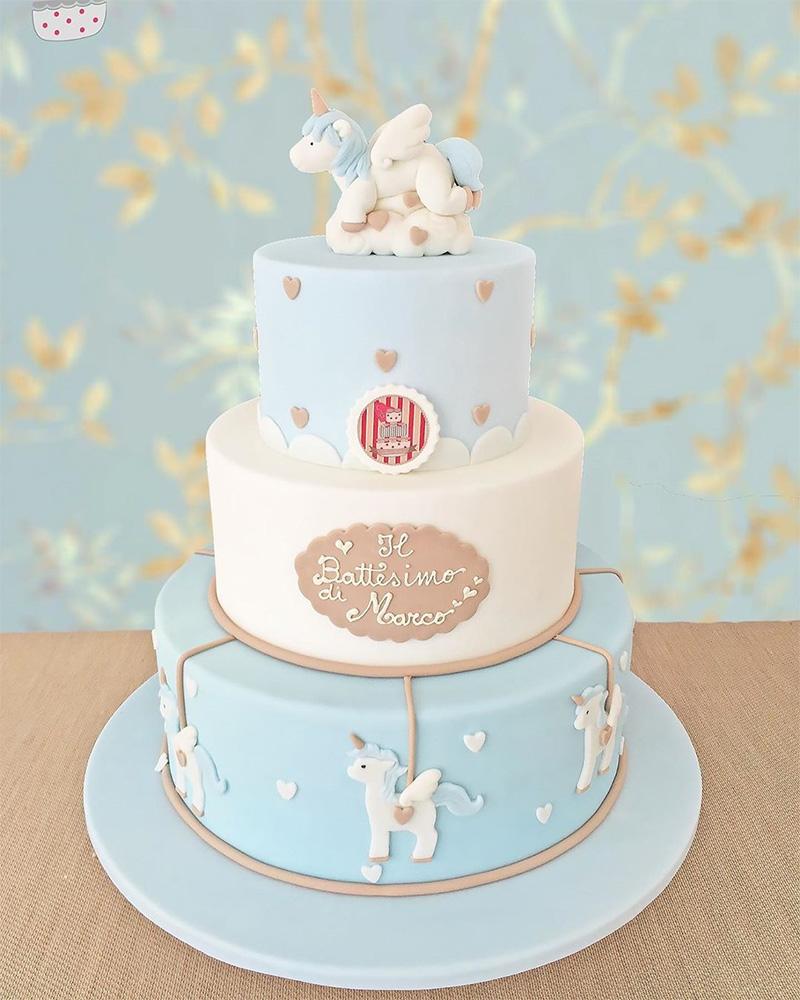 Torta con decoración de unicornio para bautizo niño